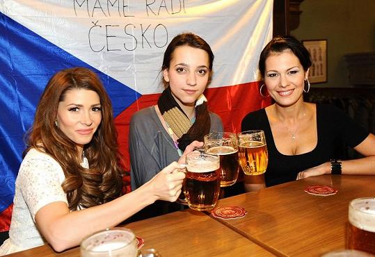 Petru (na snímku s Terezou Kerndlovou a Janou Doleželovou) nechvalně proslavilo opilecké extempore.