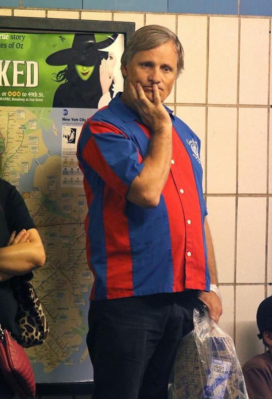 Stanice metra Grand Street pod Chinatown v New Yorku a král Aragorn v civilu
