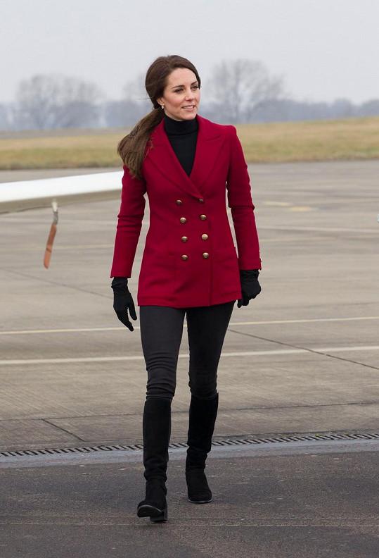 Kate oblékla kratší kabát a těsné džíny.