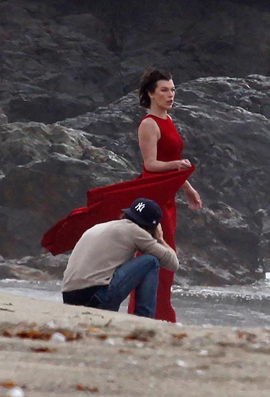 Fotograf se snažil pracovat rychle, aby herečka příliš neprochladla.