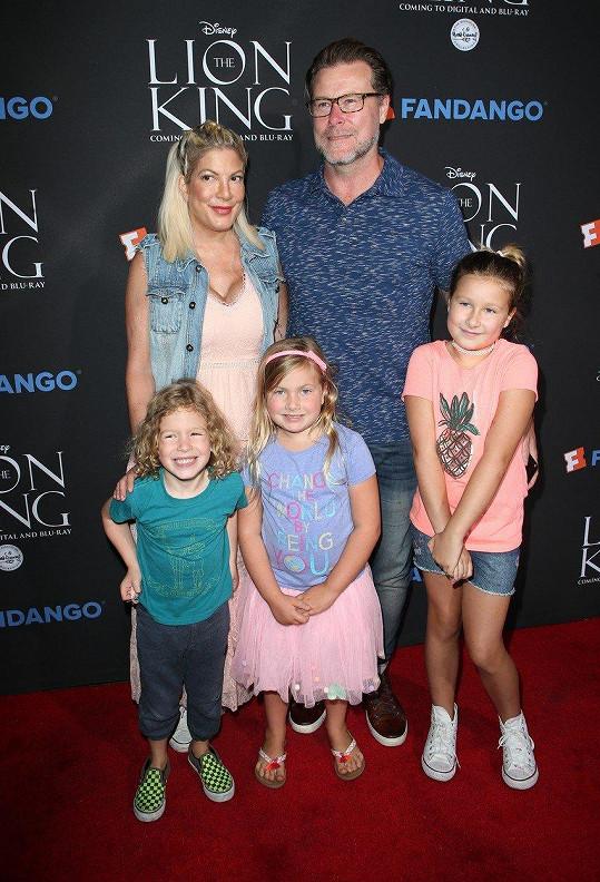 Do kina vzala jen tři děti a manžela.