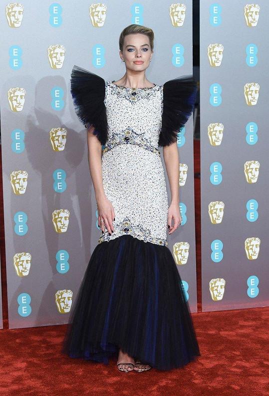 Margot Robbie byla na galavečeru BAFTA nepřehlédnutelná.