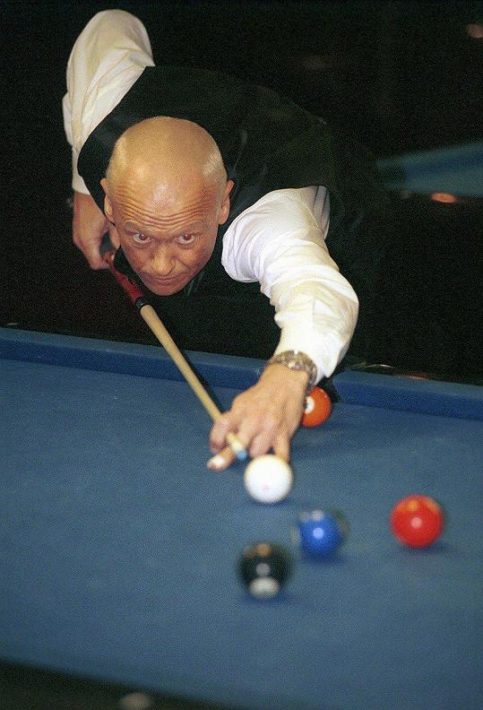 Je zkušeným hráčem kulečníku (1999).