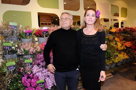 Slavný režisér Jiří Menzel ženě květiny nekupuje.