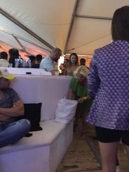 Monika se snažila umístit do VIP zóny aspoň kabelku.