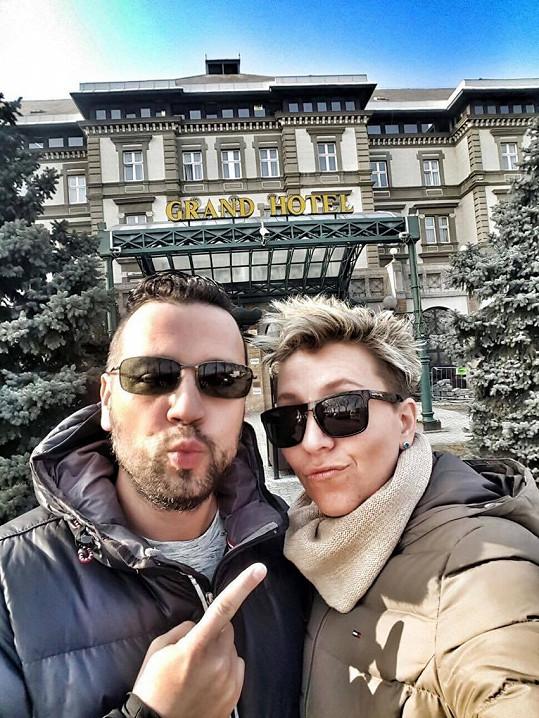 Pár se ubytoval v luxusním hotelu.