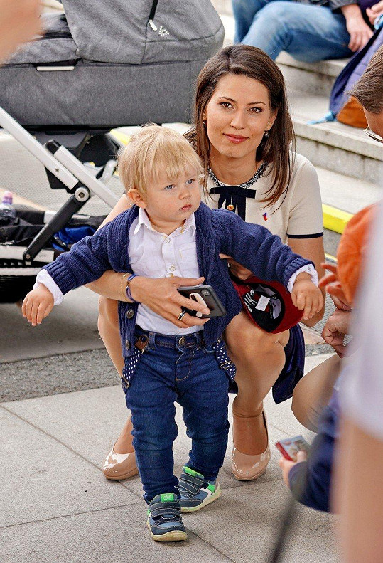 Malý Bruno se sice ještě vozí v kočárku, při první příležitosti chtěl jít na průzkumy po svých.
