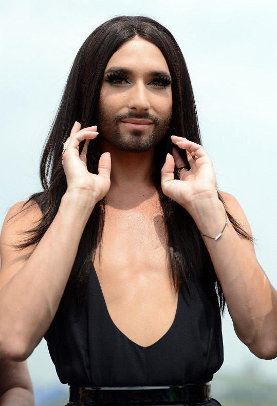 Vousatá vítězka Eurovize 2014 se proslavila jako brunetka.