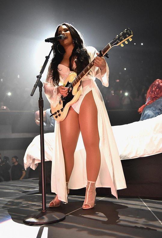 Na koncertě ukazovala stehna.