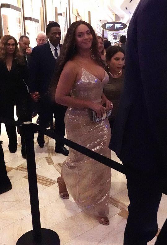 Beyoncé si vyšla v sexy upnutém outfitu.