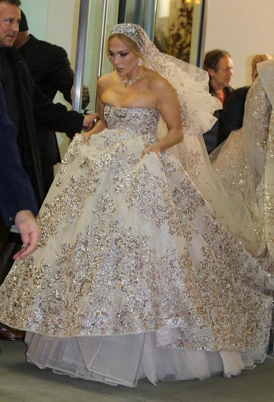 Jennifer Lopez znovu oblékla svatební šaty.