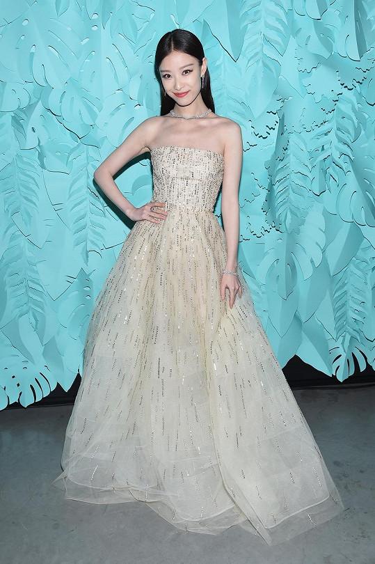 Jako by si herečka Ni Ni nechala vytvořit tyto šaty z mořské pěny. Jejich jemně zdobenou strukturu dokonale doplňují diamantové šperky.