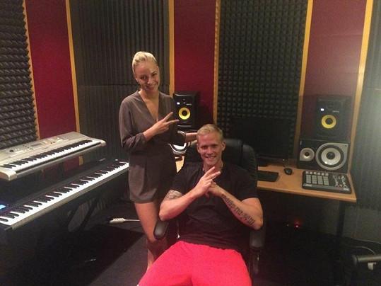 Markéta Konvičková ve studiu během natáčení singlu s rapperem Marcusem Revoltou.