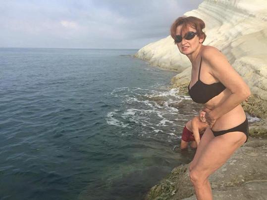 A na dovolené se klidně pochlubí fotkou v plavkách. Vypadá totiž pořád výborně.
