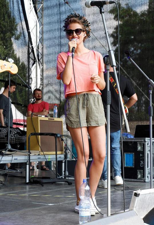 Emma Smetana zazpívala v rámci hudebního festivalu United Islands of Prague na pražské Kampě. Těhotenské bříško ještě vidět nemá.