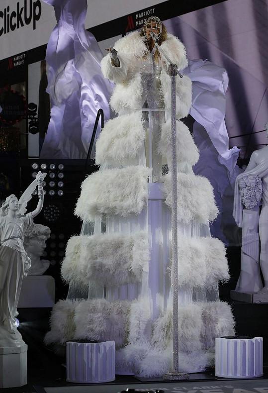 Jennifer Lopez se na pódiu objevila nejprve objevila takto.