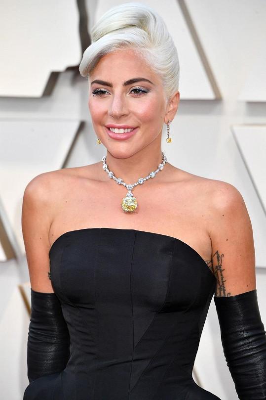 Šperk z největších žlutých diamantů na světě. Poslední, kdo měl na sobě náhrdelník s tímto unikátním skvostem byla Audrey Hepburn při focení propagačních fotografií k filmu Snídaně u Tiffanyho.