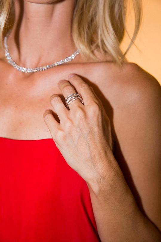 Minimalistická róba v korálově červené si zasloužila výraznější šperky Halada, jejichž hodnota převýšila milión korun.