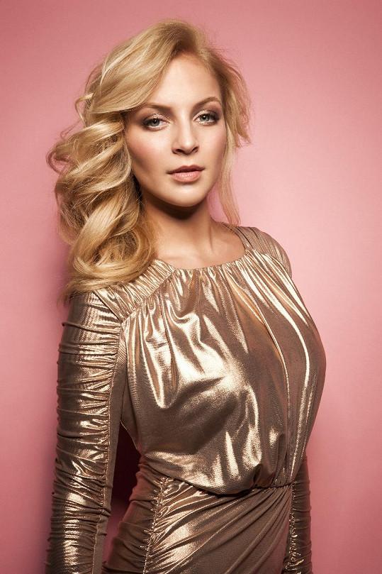 Stala se tváří vlasové blond kolekce.