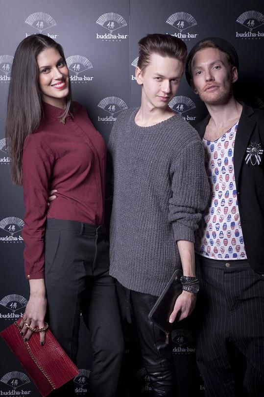 Stylista Michael Kováčik oblékl Anetu na módní večírek do kalhot Hugo Boss. Bordó košile, psaníčko a obutí jsou značky Zara.