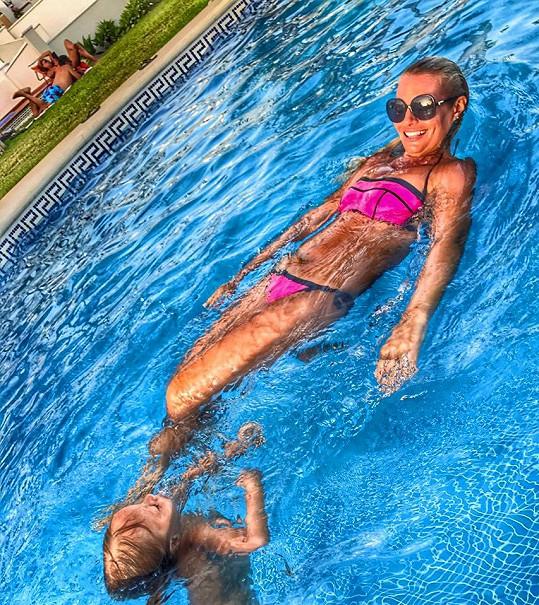 Lucie Borhyová si vychutnává léto.
