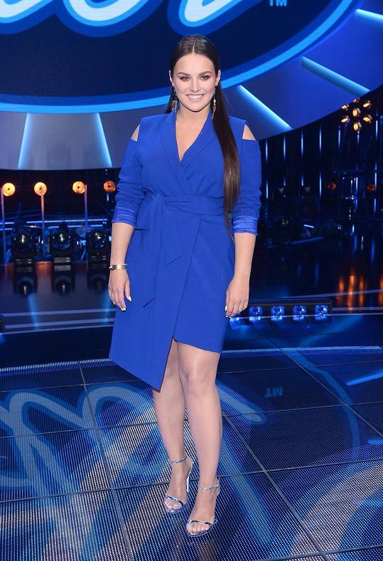 Ewa Farna v modrých šatech