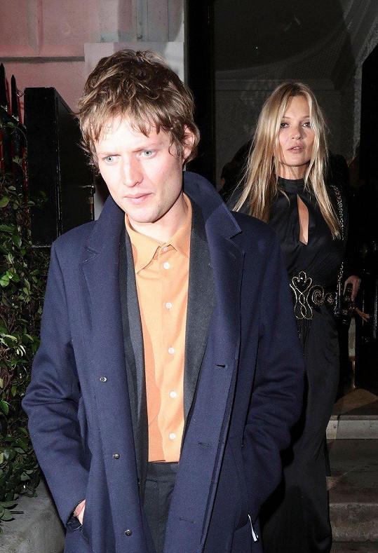 Kate Moss s Nikolaiem von Bismarckem na charitativní akci v Londýně