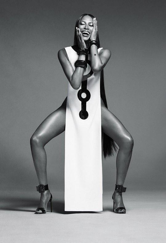 Naomi Campbell stále fotí kampaně.