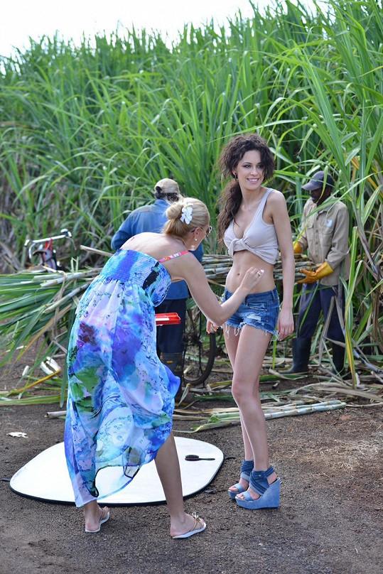 Vizážistka Lucka Tůmová připravuje modelku před focením u pole s cukrovou třtinou.