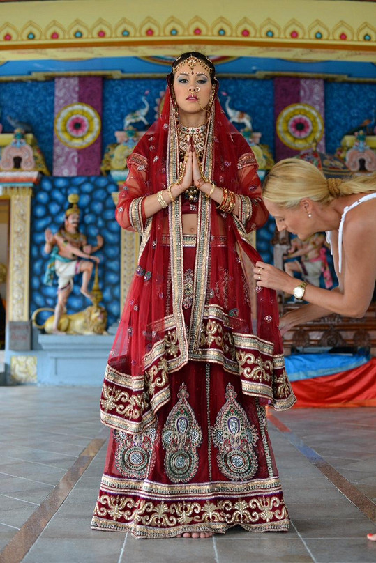 Modelka si roli nevěsty zkusila i v hinduistickém chrámu.