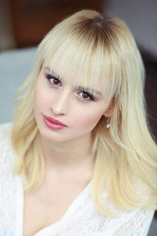 Vendula Soukeníková, 20 let, Nivnice, 179 cm, znamení zvěrokruhu: rak, mluví anglicky a španělsky a baví ji hra na akordeon, volejbal, fitness a modeling