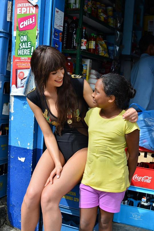 S místní holčičkou