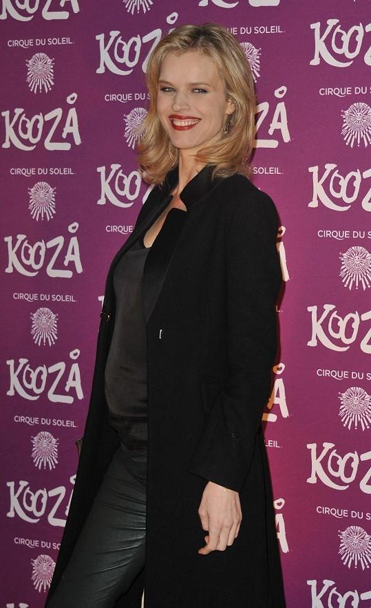 Eva Herzigová pózuje v Royal Albert Hall v Londýně.