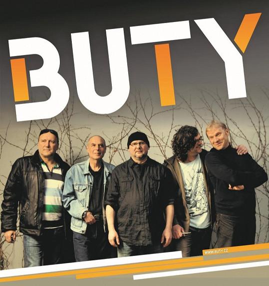 A na aktuálním snímku s kolegy z kapely Buty