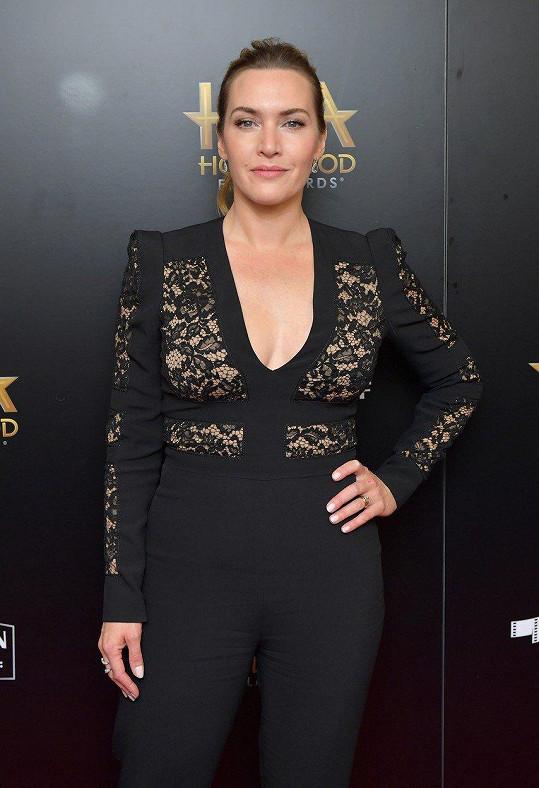 Kate Winslet oblékla overal s výrazným výstřihem.