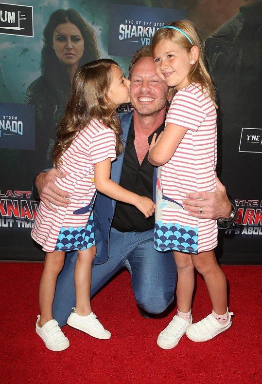 S manželkou Erin má dcery Miu a Pennu.