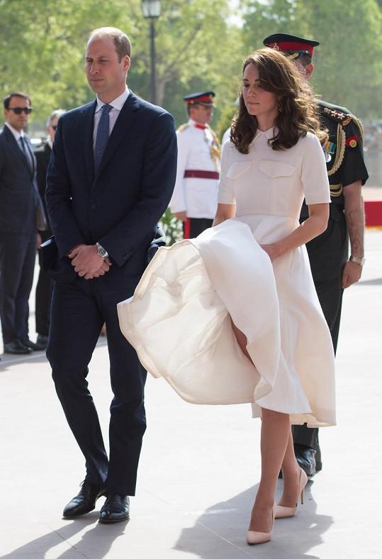 Pro Kate je vítr v sukni při oficiálních cestách zřejmě noční můrou...