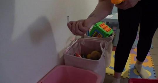 Mezi dětskými hračkami objeví cigaretu a za skříní ji nemile překvapí hmyz.