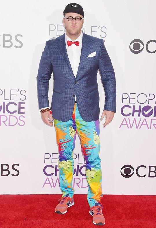 Je rozdíl v tom být vtipný a být pro smích. Chrisi Sullivanovi, herci z úspěšného seriálu This Is Us, se v outfitu složeném ze zcela nesourodých prvků bohužel podařilo to druhé.