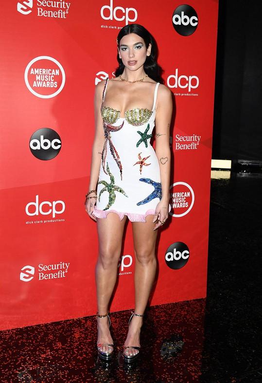 Dua Lipa získala cenu za svou píseň Don't Start Now a dorazila v minišatech.
