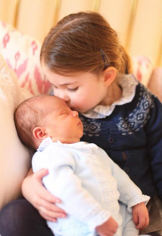 A takhle před třemi lety vítala na světě mladšího bratra Louise.
