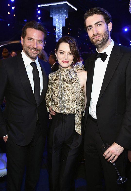 Teprve uvnitř síně se herečka a její partner nechali vyfotit. Na snímku s hercem a režisérem Bradleyem Cooperem (vlevo)