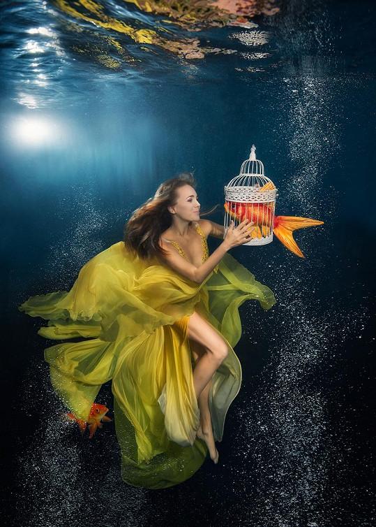 Foto se zlatou rybkou poputuje do charitativního kalendáře.