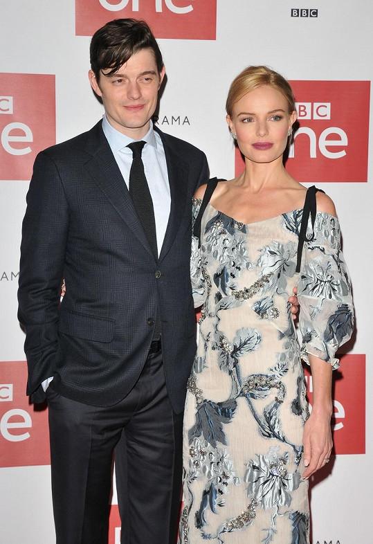 Hlavní představitelé série Sam Riley a Kate Bosworth