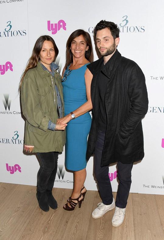 Badgley s manželkou Domino Kirke (vlevo) a s herečkou Gaby Dellal (2017)