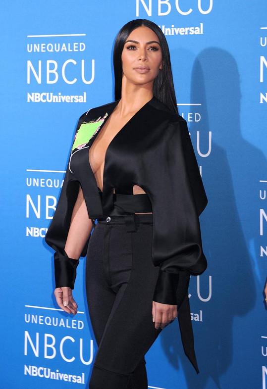 Všimněte si jedné základní změny v prezentaci nejslavnější hvězdy reality show světa! Kdysi hlavní deviza Kim Kardashian je maskována speciálním střihem i barvou kalhot.