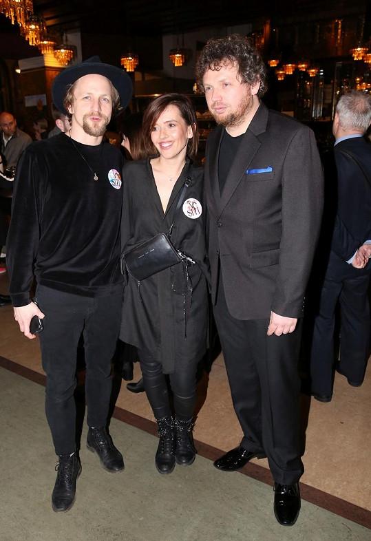 Tomáš Klus s manželkou Tamarou a režisérem Vítem Klusákem na premiéře dokumentu V síti