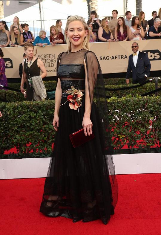 Podobný model, jako je ten z podzimní a zimní kolekce 2017 módního domu Dior, se tento večer na červeném koberci neobjevil. Hra s nahotou i rafinovaně zahalená ramena zajistily Kate Hudson jedinečnost.