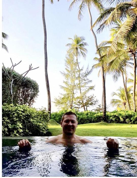 Po pracovním dni - jen v bazénu Jákl sundává soušku.