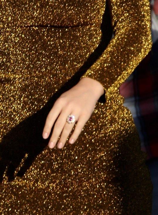 Ukázala i zásnubní prsten za téměř 13 miliónů korun.